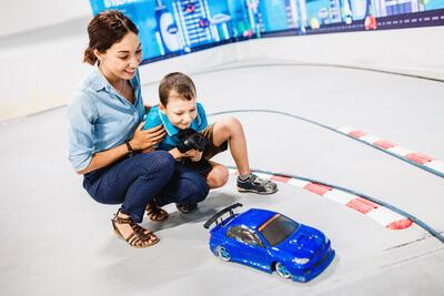 Viele nützliche Tipps frü ein Ferngesteuertes Auto Kleinkind. Eine Mutter spielt mit Ihrem Kleinkind mit einem RC Auto
