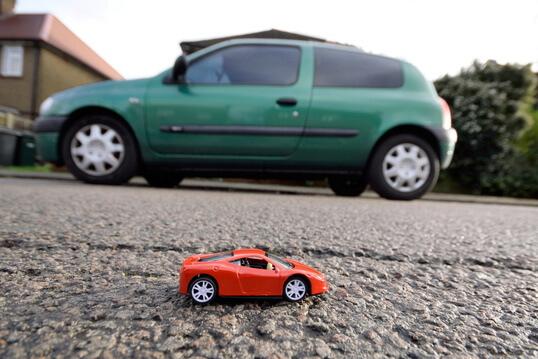 Ein kleines Ferngesteuertes RC Auto und ein Großes Ferngesteuertes RC Auto auf einem Bild, dies zeigt die unterschiedlichen Größen von RC Autos.